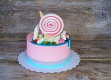 Όμορφο ρόδινο κέικ μωρών με την καραμέλα και marshmallow Στοκ εικόνες με δικαίωμα ελεύθερης χρήσης
