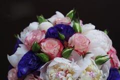 Όμορφο ρόδινο λουλούδι κρίνων που απομονώνεται στο άσπρο υπόβαθρο κλείστε επάνω Στοκ Εικόνα
