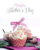 Όμορφο ρόδινο και άσπρο cupcake με το τόξο, τις καρδιές και τα λουλούδια με την ευτυχή ημέρα μητέρων Στοκ φωτογραφία με δικαίωμα ελεύθερης χρήσης