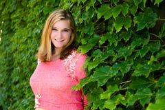 Όμορφο ρόδινο πουλόβερ κοριτσιών εφήβων & πράσινος κισσός Στοκ φωτογραφίες με δικαίωμα ελεύθερης χρήσης