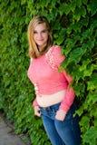 Όμορφο ρόδινο πουλόβερ κοριτσιών εφήβων & πράσινος κισσός Στοκ φωτογραφία με δικαίωμα ελεύθερης χρήσης