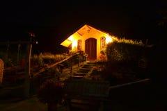 όμορφο σαλέ στη νύχτα στοκ φωτογραφία
