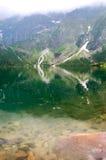 Όμορφο σαφές νερό σε μια λίμνη βουνών στοκ εικόνες