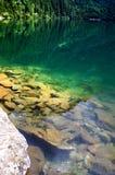 Όμορφο σαφές νερό σε μια λίμνη βουνών στοκ φωτογραφία