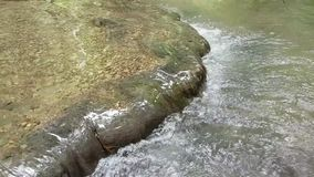 Όμορφο σαφές ρεύμα νερού που διατρέχει των φυσικών βράχων βουνών φιλμ μικρού μήκους