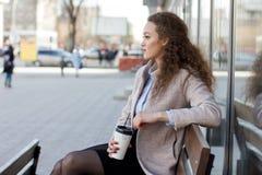 Όμορφο σγουρό κορίτσι σε ένα παλτό Στοκ φωτογραφία με δικαίωμα ελεύθερης χρήσης