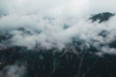 Όμορφο σκοτεινό ευμετάβλητο τρομακτικό τοπίο βουνών στην ομίχλη Στοκ φωτογραφία με δικαίωμα ελεύθερης χρήσης