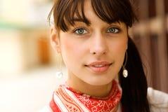 όμορφο σκοτεινό πορτρέτο τριχώματος κοριτσιών Στοκ Εικόνες