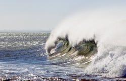 Όμορφο σπάζοντας κύμα με τον ψεκασμό θάλασσας Στοκ Φωτογραφίες