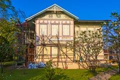 Όμορφο σπίτι κάτω από την αποκατάσταση στο κτύπημα PA Sommerpalace μέσα, Ayutthaya Στοκ εικόνες με δικαίωμα ελεύθερης χρήσης
