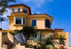 όμορφο σπίτι λόφων νέο στοκ εικόνες