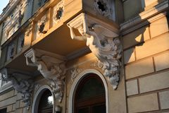 Όμορφο σπίτι με τρία cariatides Στοκ Φωτογραφίες