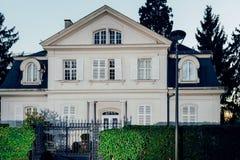 Όμορφο σπίτι στο σούρουπο στην κλασική γαλλική αρχιτεκτονική Στοκ Φωτογραφία