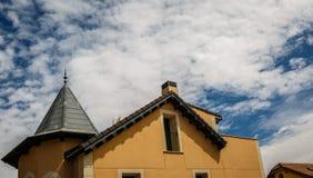 Όμορφο σπίτι του ευρωπαϊκού ύφους με τους κίτρινους τοίχους Στοκ Φωτογραφία