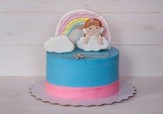 Όμορφο σπιτικό κέικ μωρών και μπλε και ρόδινη κρέμα Στοκ Εικόνες