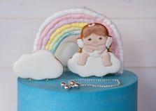 Όμορφο σπιτικό κέικ μωρών και μπλε και ρόδινη κρέμα Στοκ φωτογραφίες με δικαίωμα ελεύθερης χρήσης
