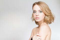 Όμορφο στενό επάνω πορτρέτο γυναικών στο στούντιο στο γκρίζο υπόβαθρο Στοκ Φωτογραφίες