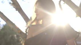 όμορφο στενό πορτρέτο επάνω στις νεολαίες γυναικών τρίχωμα μεταδιδόμενο μέσω του ανέμου τοποθέτηση απόθεμα βίντεο