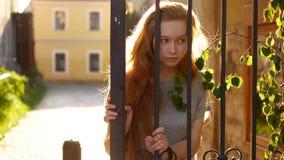 όμορφο στενό πορτρέτο επάνω στις νεολαίες γυναικών τρίχωμα μεταδιδόμενο μέσω του ανέμου φιλμ μικρού μήκους