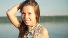 όμορφο στενό πορτρέτο επάνω στις νεολαίες γυναικών τρίχωμα μεταδιδόμενο μέσω του ανέμου απόθεμα βίντεο