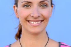όμορφο στενό πορτρέτο επάνω στις νεολαίες γυναικών Στοκ φωτογραφία με δικαίωμα ελεύθερης χρήσης