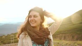 όμορφο στενό dof ρηχό ηλιοβασίλεμα πορτρέτου επάνω στις νεολαίες γυναικών Κινηματογράφηση σε πρώτο πλάνο, ρηχό DOF απόθεμα βίντεο