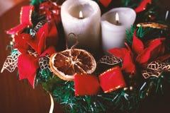 Όμορφο στεφάνι Χριστουγέννων με τα κεριά στον πίνακα στοκ φωτογραφίες