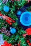 Όμορφο στεφάνι Χριστουγέννων, μπλε κερί, μούρα Στοκ Φωτογραφίες