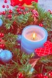 Όμορφο στεφάνι Χριστουγέννων, μπλε κερί, μούρα Στοκ Εικόνες