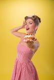 Όμορφο συναισθηματικό κορίτσι με το όμορφο χαμόγελο στην καρφίτσα Στοκ φωτογραφία με δικαίωμα ελεύθερης χρήσης