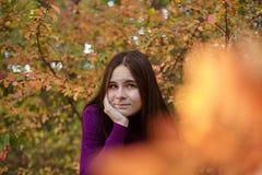 Όμορφο συναισθηματικό κορίτσι στο πάρκο φθινοπώρου στοκ φωτογραφία