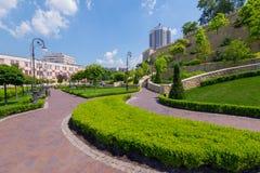 Όμορφο σχέδιο τοπίων των θάμνων πυξαριού σε ένα πάρκο κοντά στην πόλη στοκ φωτογραφίες