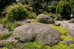Όμορφο σχέδιο κήπων άνοιξη με τις πέτρες Στοκ φωτογραφίες με δικαίωμα ελεύθερης χρήσης