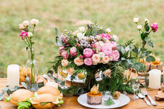 Όμορφο σχέδιο των επιτραπέζιων διακοσμήσεων για τους γάμους Στοκ εικόνα με δικαίωμα ελεύθερης χρήσης