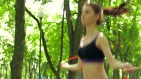 Όμορφο σχοινί άλματος αθλητικών κοριτσιών απόθεμα βίντεο