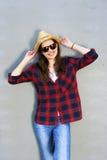 Όμορφο σύγχρονο κορίτσι κοντά στον τοίχο Ύφος νεολαίας πλάνο μόδας Στοκ Εικόνα