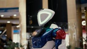 Όμορφο σύγχρονο ρομπότ που κινεί την επικεφαλής πλάγια όψη φιλμ μικρού μήκους
