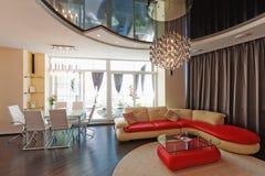 Όμορφο σύγχρονο σαλόνι με τους μαλακούς καναπέδες Στοκ Εικόνα