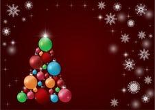 Όμορφο σύγχρονο χριστουγεννιάτικο δέντρο με τις ζωηρόχρωμες σφαίρες σε ένα burgundy υπόβαθρο απεικόνιση αποθεμάτων