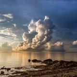 Όμορφο σύννεφο επάνω από τον ωκεανό στο Μπόρνεο, Sabah Στοκ Εικόνες