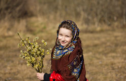 Όμορφο σλαβικό κορίτσι με τους κλαδίσκους ιτιών υπό εξέταση στα ξύλα Στοκ Εικόνα