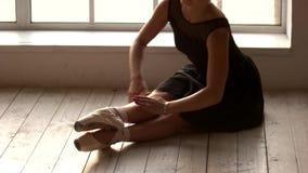 Όμορφο τέντωμα ballerina πριν από την απόδοση φιλμ μικρού μήκους
