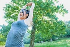 Όμορφο τέντωμα brunette στο πάρκο Camaldoli στοκ εικόνες με δικαίωμα ελεύθερης χρήσης
