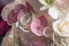 Όμορφο τέσσερις-τοποθετημένο στη σειρά κέικ εγχώριου γάμου που διακοσμείται με ρόδινο και πράσινο fondant χειροποίητο Στοκ εικόνα με δικαίωμα ελεύθερης χρήσης