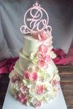 Όμορφο τέσσερις-τοποθετημένο στη σειρά κέικ εγχώριου γάμου που διακοσμείται με ρόδινο και πράσινο fondant χειροποίητο Στοκ Εικόνες