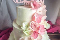 Όμορφο τέσσερις-τοποθετημένο στη σειρά κέικ εγχώριου γάμου που διακοσμείται με ρόδινο και πράσινο fondant χειροποίητο Στοκ φωτογραφία με δικαίωμα ελεύθερης χρήσης