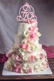 Όμορφο τέσσερις-τοποθετημένο στη σειρά κέικ εγχώριου γάμου που διακοσμείται με ρόδινο και πράσινο fondant χειροποίητο Στοκ Φωτογραφίες