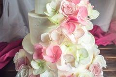 Όμορφο τέσσερις-τοποθετημένο στη σειρά κέικ εγχώριου γάμου που διακοσμείται με ρόδινο και πράσινο fondant χειροποίητο Στοκ Φωτογραφία