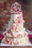 Όμορφο τέσσερις-τοποθετημένο στη σειρά κέικ εγχώριου γάμου που διακοσμείται με ρόδινο και πράσινο fondant χειροποίητο Στοκ Εικόνα