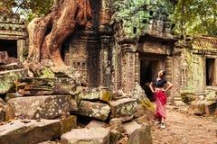 Όμορφο ταξίδι γυναικών σε Angkor Wat - η περιοχή παγκόσμιων κληρονομιών της ΟΥΝΕΣΚΟ κοντά σε Siem συγκεντρώνει, Καμπότζη Στοκ φωτογραφίες με δικαίωμα ελεύθερης χρήσης